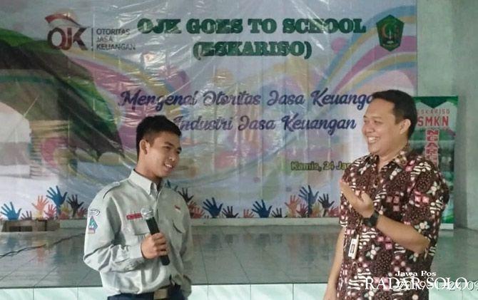 SOSIALISASI: Perwakilan dari OJK Solo saat memberikan penjelasan kepada murid SMKN Ngargoyoso.