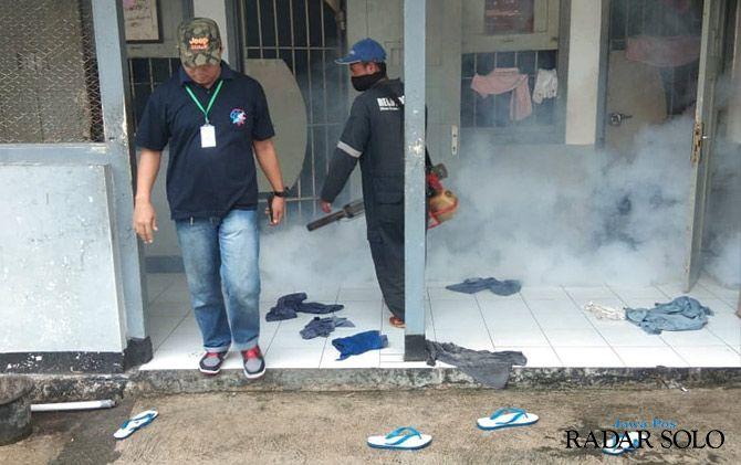 BUNUH NYAMUK DEWASA: Fogging di Rutan Klas IIB Wonogiri menyusul dua warga binaan terserang demam berdarah.