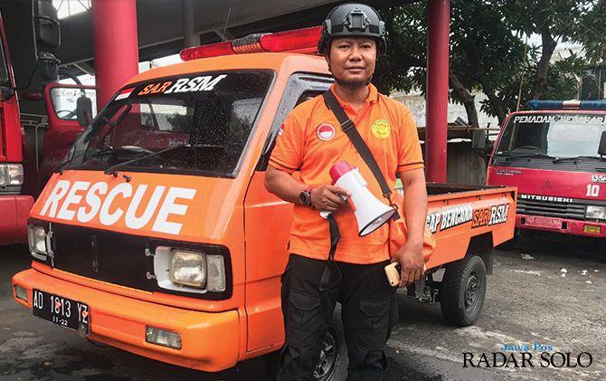 PANGGILAN JIWA: Triyanto dan mobil pribadinya yang disulap menjadi kendaraan multifungsi.