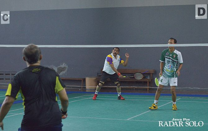 MAIN TIGA SET: Wali Kota Rudy bermain badminton bersama para lurah di gedung olahraga PMS.