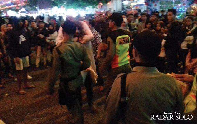 DITEGUR: Anggota satpol PP beri imbauan pemakai kostum menyeramkan di kawasan Pasar Gede.