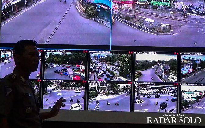 TIDAK BISA LAGI MENGELAK: Kasat Lantas Polresta Surakarta Kompol Imam Safii di ruang TMC. Dari tempat ini, petugas mengamati pengendara yang melanggar dan terekam kamera CCTV.