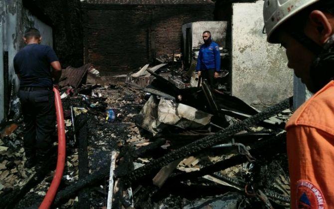 Proses pemadaman rumah terbakar di Jalan Salak 7, Perum Ngringo, Jaten, Karanganyar, Minggu (10/2) pagi.