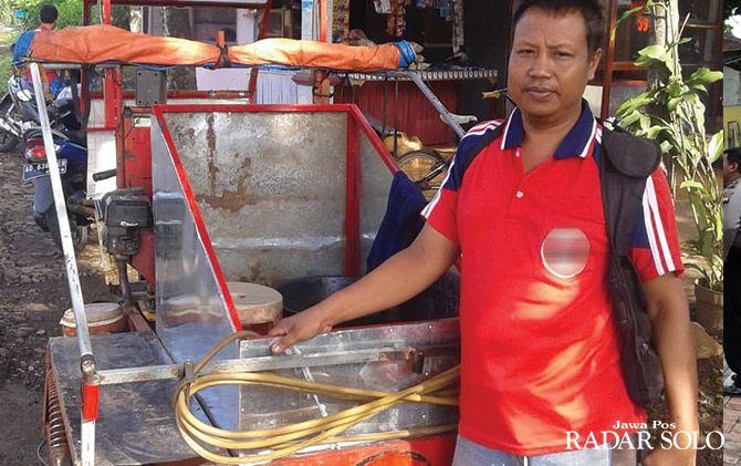 CINTA PROFESI: Pardiyo dengan motor butut yang sudah dimodifikasi layani tambal ban online.