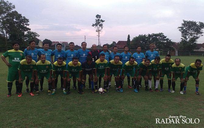 KETAT: Skuad Suro FC (berdiri) bersama tim PS HW di ajang trofeo yang digelar di Stadion Gelora Merdeka Sukoharjo (23/2).