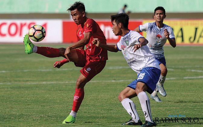 HENGKANG: Rudiyana (jersey merah) saat masih menjadi pemain kunci Persis Solo 2017 silam.