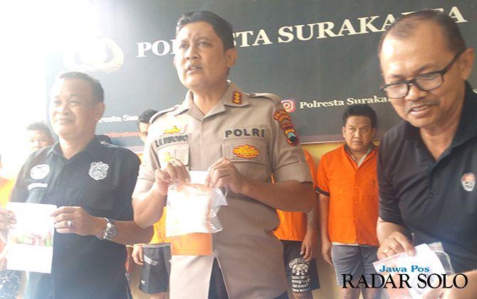 TANPA KOMPROMI: Kapolresta Surakarta Kombespol Ribut Hari Wibowo (tengah) tunjukkan barang bukti narkoba di mapolresta setempat.