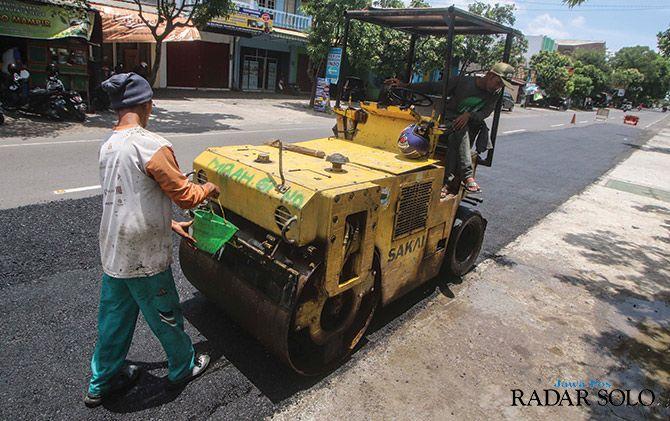 TAMBAL SULAM: Foto ilustrasi perbaikan jalan. Kegiatan serupa sangat dinantikan di Jalan Popda, Nusukan, Banjarsari.
