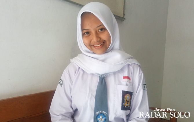 PERCAYA DIRI: Tristania Faisa Adam, murid SMAN 4 Surakarta yang berkesempatan menjadi menteri keuangan sehari.