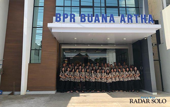 SAMBUT NASABAH: Direktur dan sejumlah staf BPR Buana Artha Lestari di kantor yang baru.
