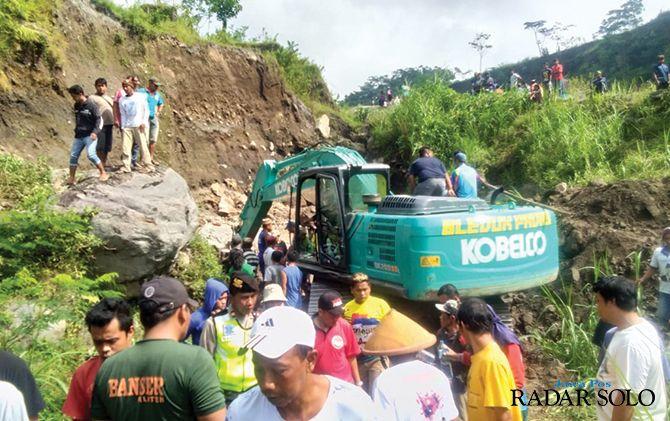 LAMA: Proses evakuasi penambang manual yang tewas tertimbun longsor Kali Woro, Selasa (12/3).
