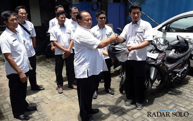 PINJAM PAKAI: Kepala Dinsos Karanganyar Agus Heri Bindarto berikan bantuan motor.
