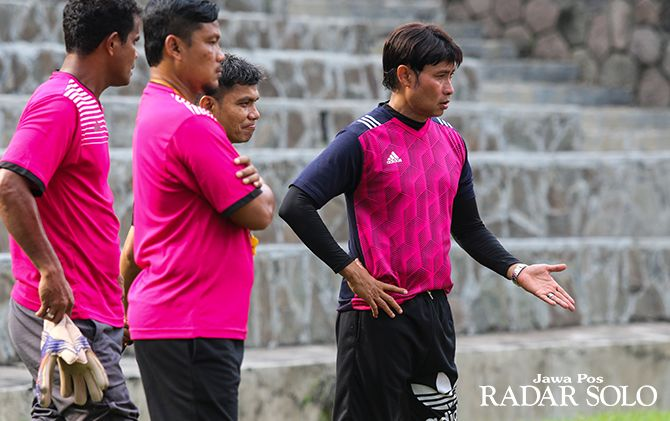 MENUNGGU KEPASTIAN : Eduard Tjong saat masih menjadi pelatih Persis Gotong Royong 2017 silam.
