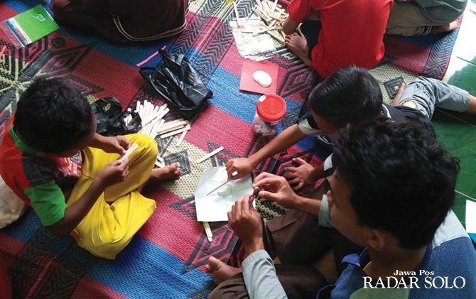 PENUHI HAK PENDIDIKAN: Kegiatan belajar anak putus sekolah di RCI. Foto kanan, penggagas RCI Baharudddin Ussudullah.