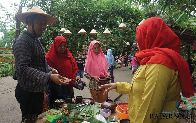 TRADISIONAL: Pasar Pinggul Minggu Legi di Desa Melikan, Kecamatan Wedi.