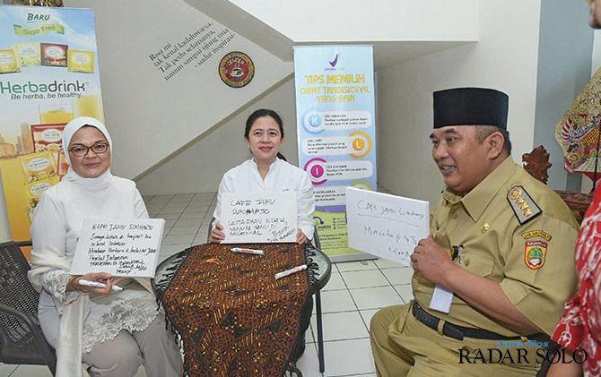 IDE BARU: Dari kiri Kepala BPOM RI Penny K. Lukito, Menteri PMK Puan Maharani, dan Bupati Sukoharjo Wardoyo Wijaya pada peresmian kafe jamu di Pasar Jamu Nguter, Senin (18/3).