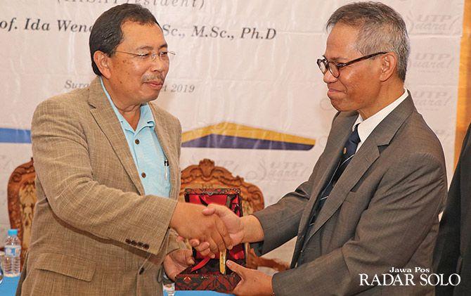 KERJA SAMA: Presiden IASA Herry S. Utomo (kiri) bersama rektor UTP Tresna Priyana Soemardi