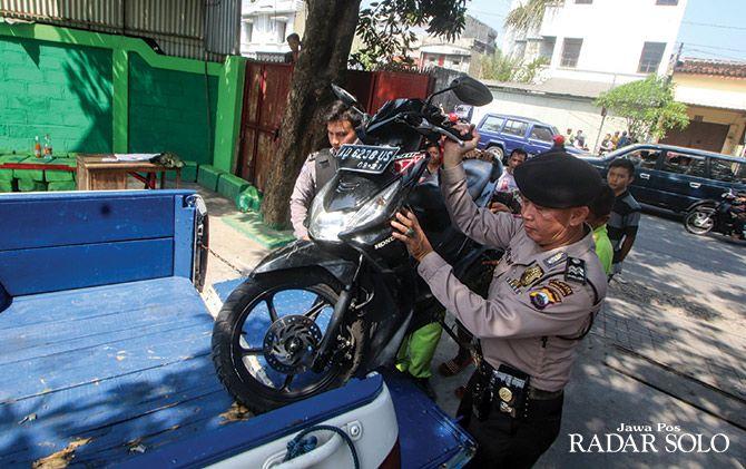 BARANG BUKTI: Sepeda motor yang terlibat kecelakaan dievakuasi ke kantor Satlantas Mapolresta Surakarta untuk penyelidikan.