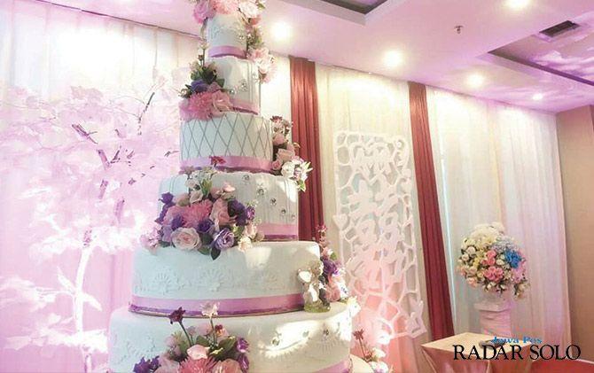 ELEGAN: dekorasi pernikahan dengan kue pengantin di favehotel Solo.