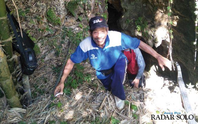 Warga keluar dari mulut luweng Kuthah, Parangupito