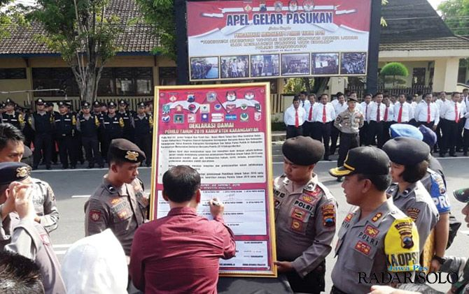 SATU SUARA: Forkompimda Karanganyar bersama tokoh masyarakat menandatangani deklarasi pemilu dama saat apel pasukan di Jalan Lawu, Karanganyar kemarin (22/3).