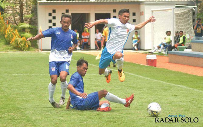BERJIBAKU: Pertandingan Badak Lampung FC (jersey putih) melawan Persebi Boyolali yang digelar di Lestarindo Soccerfield Boyolali.