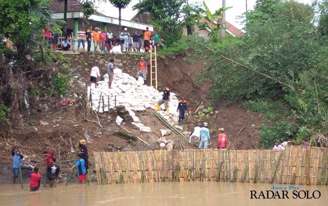 SEMANGAT: Warga Dukuh Pengkol RT 02 RW 06 Desa Ngombakan, Kecamatan Polokarto menambal longsoran kemarin.