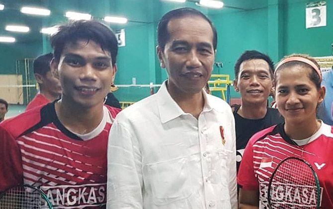 OPTIMISTIS: Atlet bulutangkis Indonesia, Suryo Nugroho (kiri), Leani Ratri Oktila (kanan), dan Ukun Rukaendi saat bersama Presiden Joko Widodo.