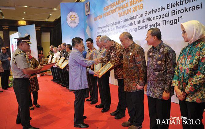 PRESTASI: Gubernur Ganjar Pranowo menerima penghargaan dari Wapres Jusuf Kalla di Jakarta, kemarin (28/3)