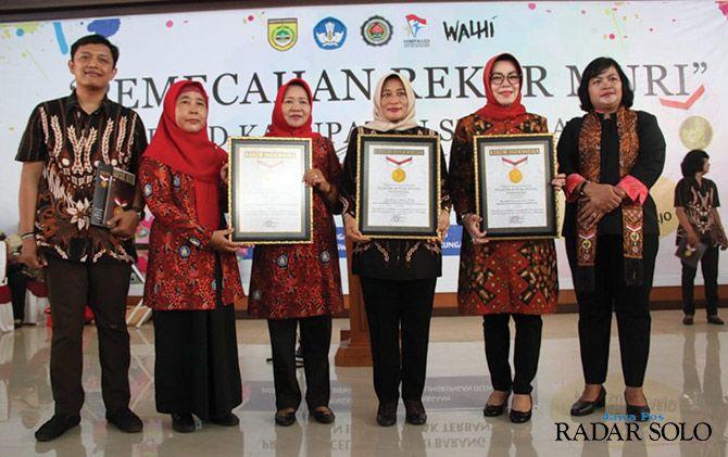 PENYEMANGAT: Penghargaan dari MURI untuk pembuatan celengan oleh ibu dan anak PAUD Sukoharjo.