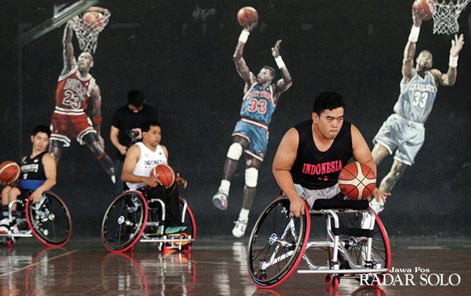 BIMBANG: Tim wheelchair basketball saat tengah berlatih di Sritex Arena, tahun lalu.