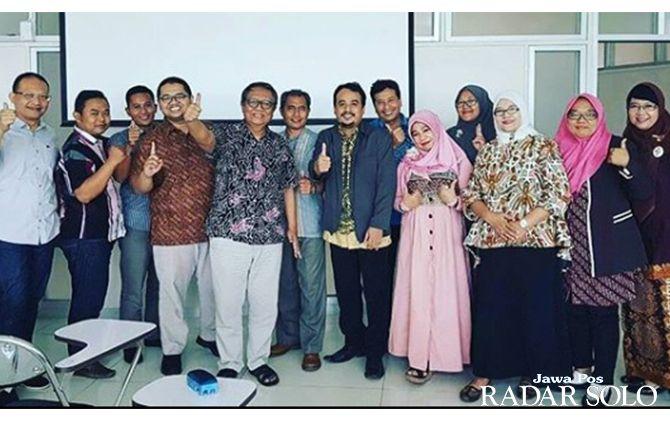 SOLID: Panitia seminar hukum UMS berpose dalam sebuah kegiatan.