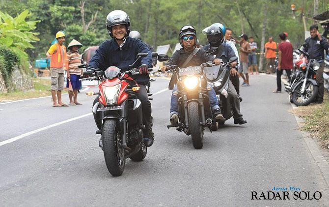 Ganjar Pranowo keliling Cilacap mengendarai sepeda motor, Senin (8/4).