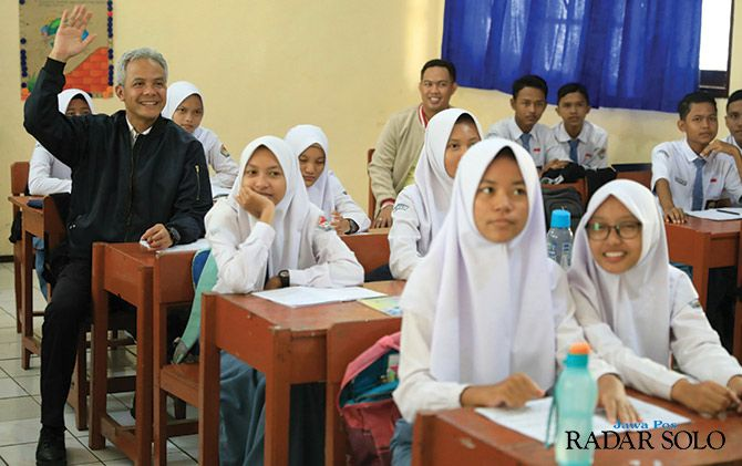 BERBAUR: Gubernur Jateng Ganjar Pranowo bersama siswa SMAN 1 Maos, Cilacap, kemarin (8/4).