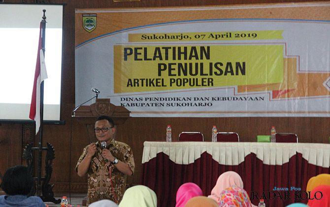 MOTIVASI: Redaktur Jawa Pos Doan Widhiandono memberi tips bagi para guru menulis di media massa.