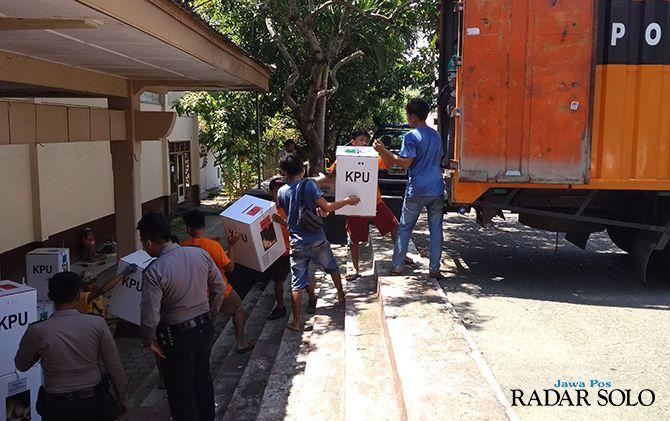 KERJA LEMBUR: KPU Kabupaten Wonogiri terus mengerjakan pengepakan logistik pemilu agar segera didistribusikan ke kecamatan.