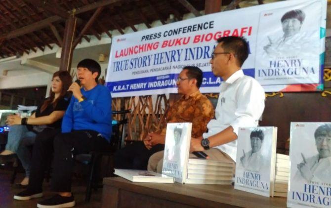 KARYA : Buku biografi Henry Indraguna diluncurkan kemarin du Solo