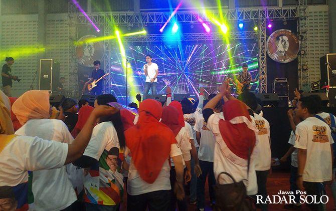 BERGEMBIRA: Parade hiburan bertajuk Millenial Squad Present Hand IN Hand di GOR Sritex Arena, kemarin (13/4).