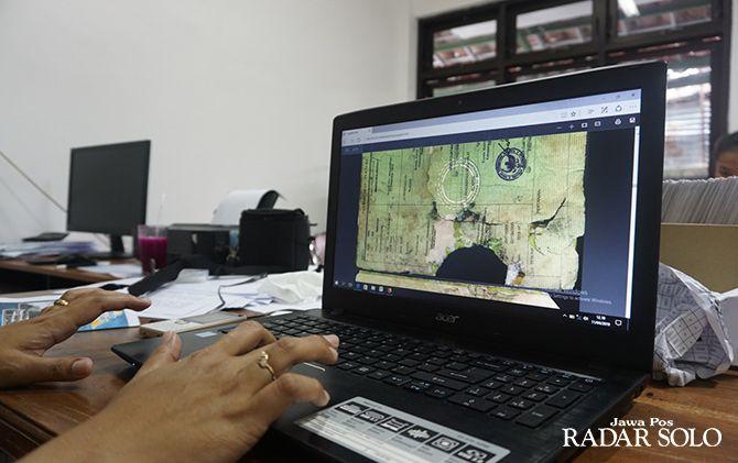 SOLUSI: Nina Sukmanawati tunjukkan sertifikat tanah milik awan panas erupsi Merapi 2010. Mereka juga melayani pemindaian dokumen penting warga Balerante, Kemalang, Klaten.
