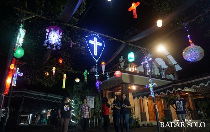 MANFAATKAN BARANG BEKAS: Festival lampion salib yang dipasang di halaman Gereja Santa Maria Bunda Kristus Wedi, Klaten untuk menyambut Hari Raya Paskah.