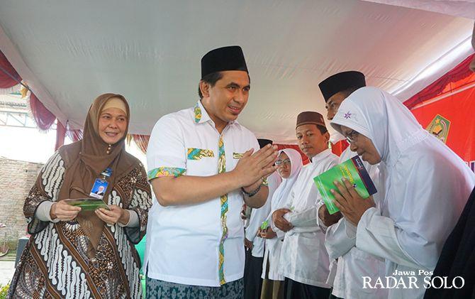 SIMBOLIS: Wagub Jateng Taj Yasin Maimoen memberi bantuan insentif di Ponpes Al Manshur Popongan.