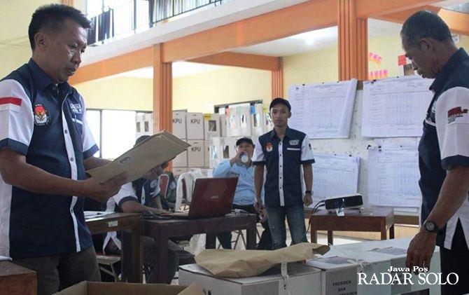 Proses pleno rekapitulasi yang dilakukan  salah satu PPK di tingkat kecamatan