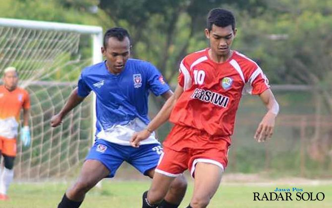 ROMBAK TOTAL: Pemain Persiwi berebut bola dengan pemain Persebi.