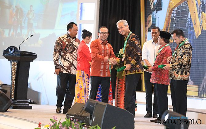LIMA KALI: Gubernur Jateng Ganjar Pranowo menerima penghargaan dari Menaker Hanif Dakiri sebagai pembina terbaik K3 di Jakarta, Senin malam (22/4)