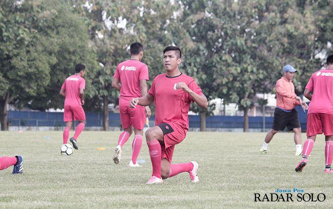 KEJUTAN YANG DINANTI: Agi Pratama menjalani latihan perdana bersama tim Persis Solo di lapangan AURI, Colomadu.