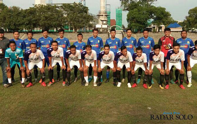 KETAT: Skuad AT Farmasi (jersey biru) beruji coba dengan tim PS Banyu Raden Putra Sleman di Sriwedari.