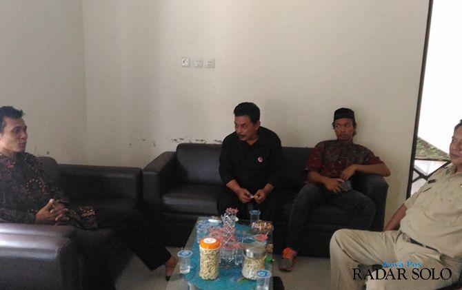 Anggota KPPS di TPS 08 Dukuh Winong, Desa Karangjati saat akan memberikan klarifikasi ke Bawaslu Boyolali soal videonya yang viral beberapa waktu lalu