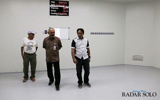 SERING DIPANTAU: Wali Kota Surakarta F.X. Hadi Rudyatmo tinjau sejumlah ruangan di RSUD Bung Karno, Semanggi kemarin (24/4).