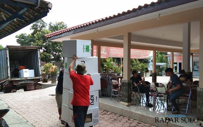 DISIMPAN: Penarikan kotak suara dan logistik Pemilu 2019 dari PPK Jatisrono menuju gudang KPU Wonogiri.