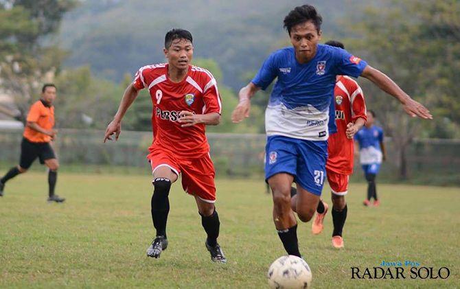 UJI COBA LAGI: Pertandingan Persebi Boyolali (jersey biru) melawan tuan rumah Persiwi Wonogiri, akhir pekan lalu.